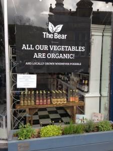 食料品店の前。店外に生えているものを加工した商品を、店内で買えます。