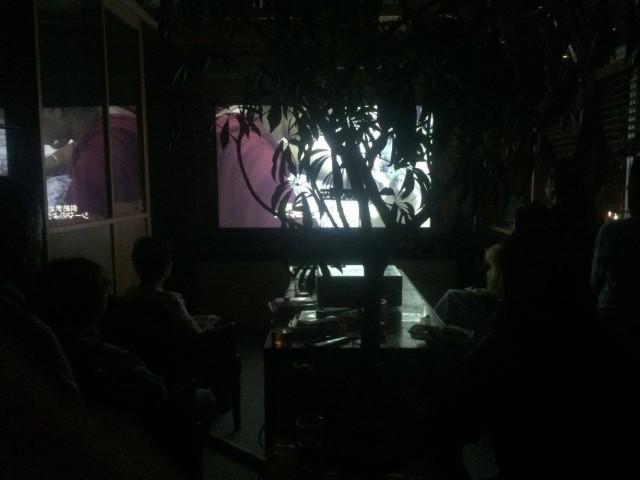 暗くてわかり辛いですが、上映中の様子です。